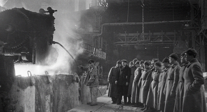 Soldados del Ejército Rojo de la URSS examinan un horno Martin-Siemens en 1933