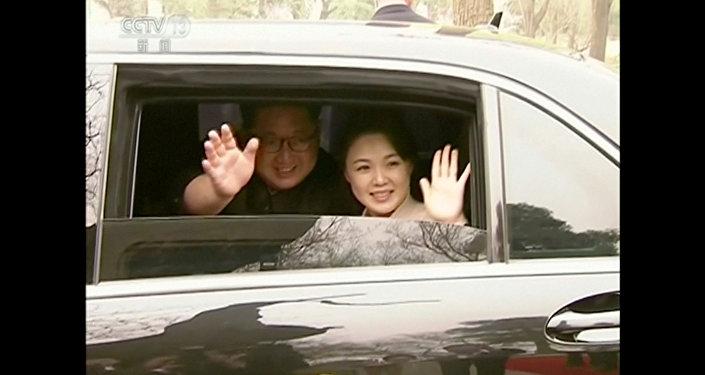 El líder norcoreano, Kim Jong-Un, y su esposa Ri Sol-ju