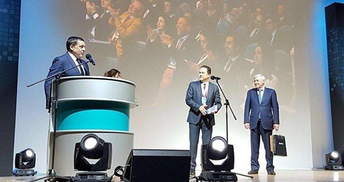 El embajador de Venezuela en Rusia, Carlos Faría (centro), durante la entrega del premio a Gobierno venezolano por el lanzamiento del Petro