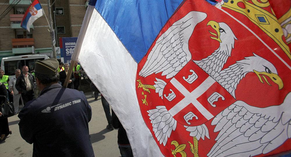Un hombre con la bandera de Serbia en la ciudad de Mitrovica (archivo)