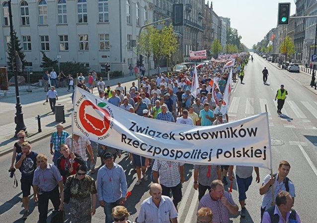 La acción de los jardineros en Varsovia contra las sanciones antirrusas