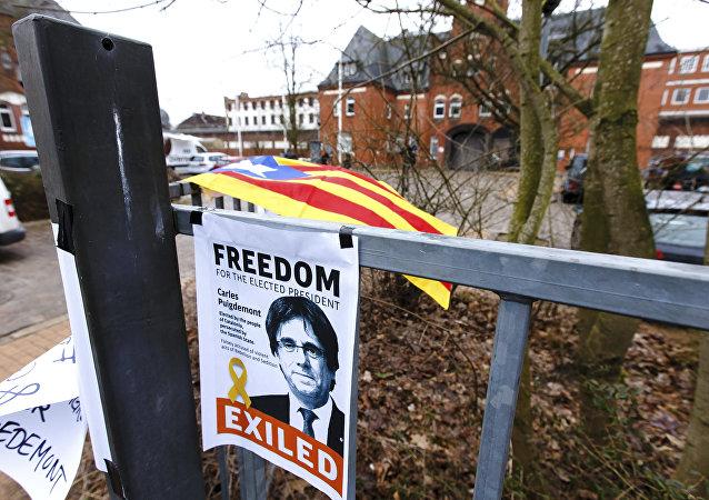 Un cartel que exige la liberación del expresidente catalán Carles Puigdemont