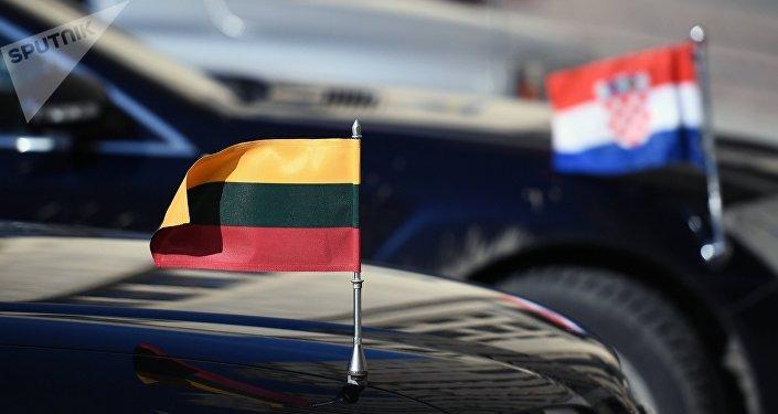 Los automóviles de las misiones diplomáticas de Letonia y Croacia cerca del Ministerio de Asuntos Exteriores de Rusia