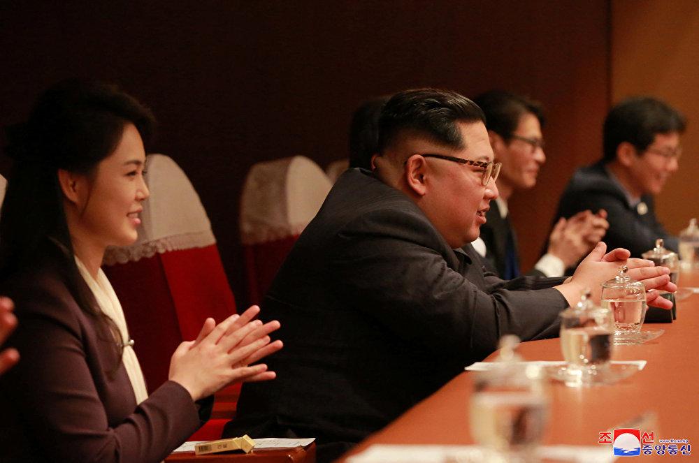 La historia se escribe en directo: Kim Jong-un acude a un concierto de K-Pop surcoreano en Pyongyang
