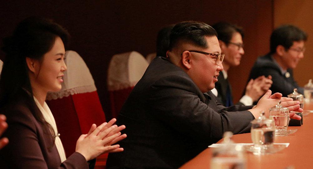 El líder norcoreano, Kim Jong-un, asiste al concierto de músicos surcoreanos