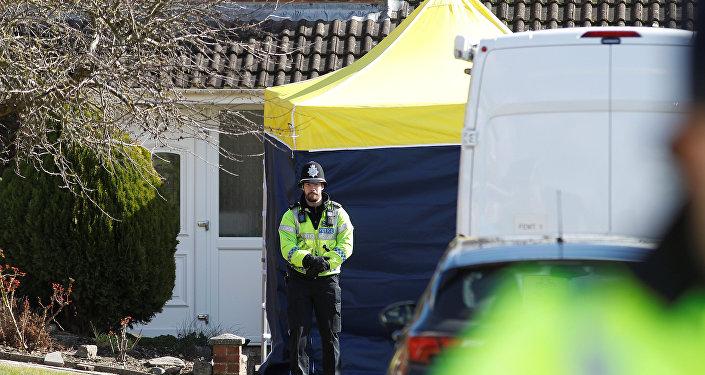 Policía británica cerca de la casa del exespía Serguéi Skripal