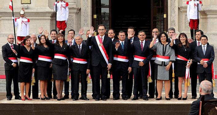 El presidente de Perú, Martín Vizcarra, y su nuevo gabinete