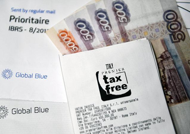 Un cheque con un sello de tax free y los rublos rusos (imagen referencial)