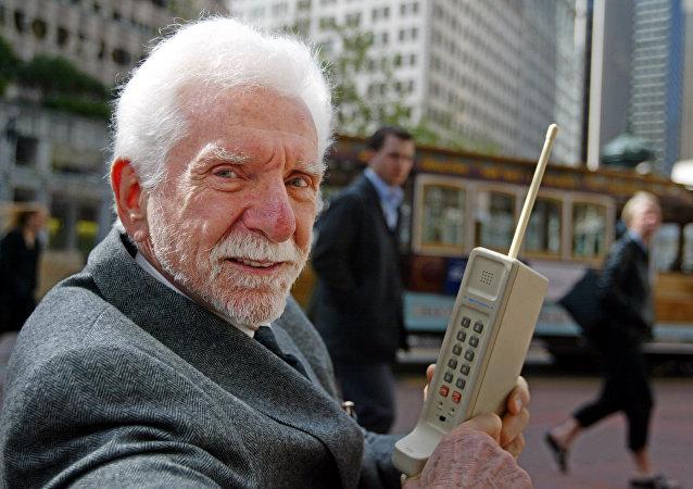 El ingeniero Martin Cooper con el primer teléfono móvil: DynaTac