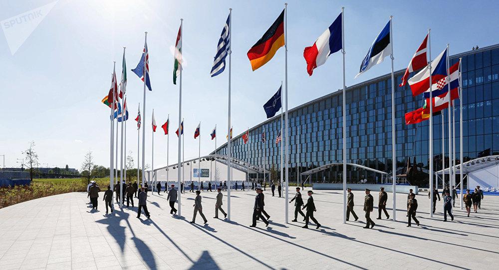 Banderas de los países miembros de la OTAN en Bruselas