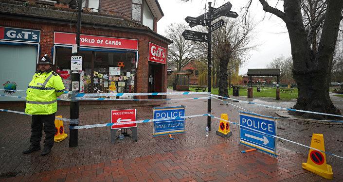 Un policía británico en el lugar del envenenamiento de Serguéi Skripal, Salisbury, Reino Unido