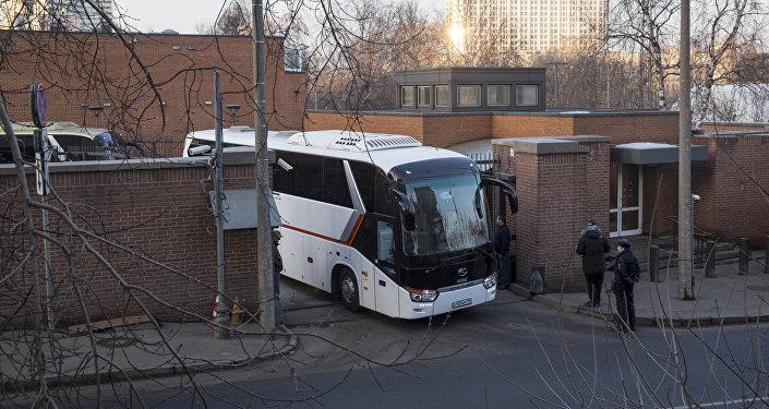Los autobuses que llevan diplomáticos expulsados salen de la Embajada de EEUU en Moscú