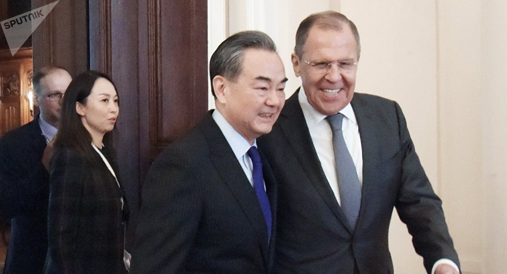 Ministro ruso de asuntos exteriores, Serguéi Lavrov, y su homólogo chino, Wang Yi (archivo)