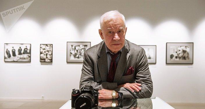 Yuri Abrámochkin, el fotógrafo ruso durante la exposición de sus retratos