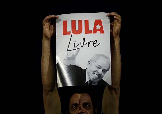 Un cartel con el apoyo a Luiz Inácio Lula da Silva, expresidente de Brasil