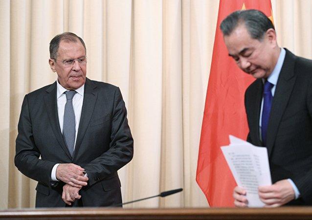 Ministro de Asuntos Exteriores de Rusia, Serguéi Lavrov, y su homólogo chino,  Wang Yi