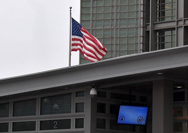 La bandera estadounidense en la embajada de EEUU en Moscú