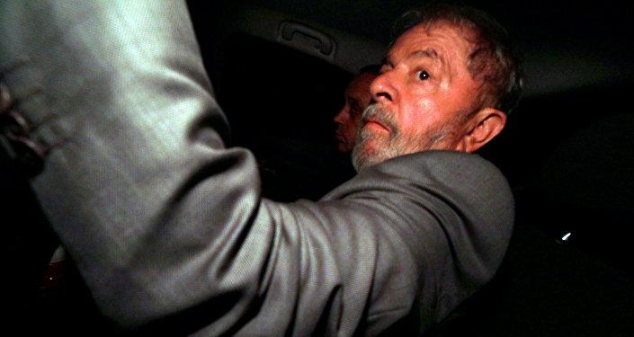 El expresidente de Brasil, Luiz Inácio Lula da Silva, llega a su casa en Sao Bernardo do Campo tras la denegación del habeas corpus en el Supremo Tribunal Federal