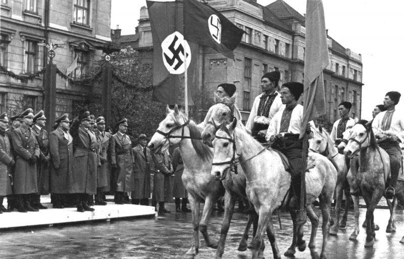 Marcha de nacionalistas ucranianos ante el Gobernador General de la Polonia ocupada, Hans Frank