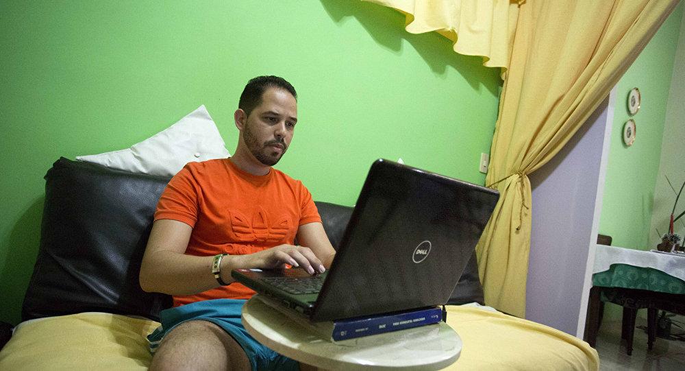 Cubano prueba un nuevo tipo de wifi en una laptop desde su casa