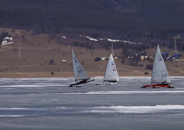 Vela sobre hielo en el lago Baikal
