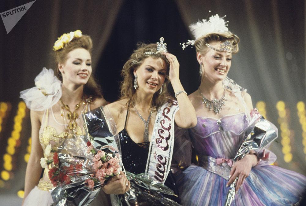 Yulia Sukhánova, Anna Gorbunova y Ekaterina Mescheriakova, las ganadoras del concurso Miss URSS 1989