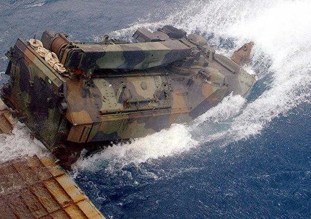 Un blindado de desembarco anfibio estadounidense LVTP-7