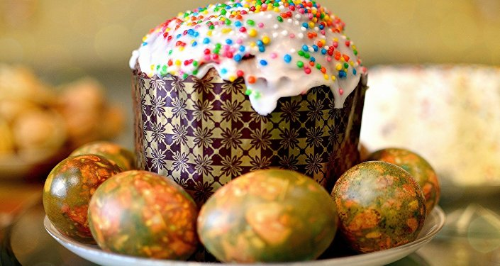 El Kulitsch, una torta de pan de Pascua rusa, y huevos pintados