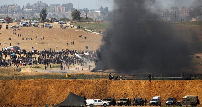 Choques entre los manifestantes y los soldados israelíes durante las protestas de los palestinos de Gaza en la frontera con Israel