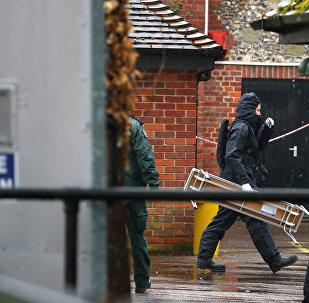 Un miembro de la unidad forense británica en Salisbury, Reino Unido