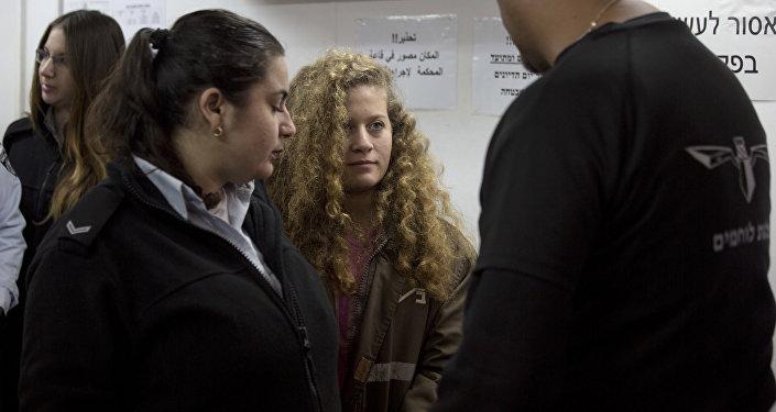 Ahed Tamimi (centro), activista palestina