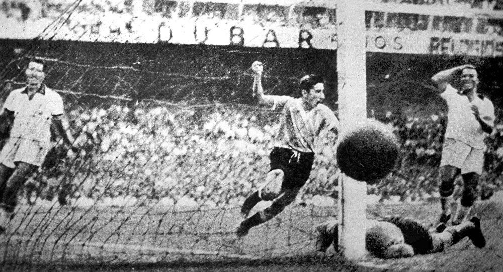 Alcides Ghiggia, jugador uruguayo, anota un gol contra Brasil durante la final del Mundial de Brasil de 1950