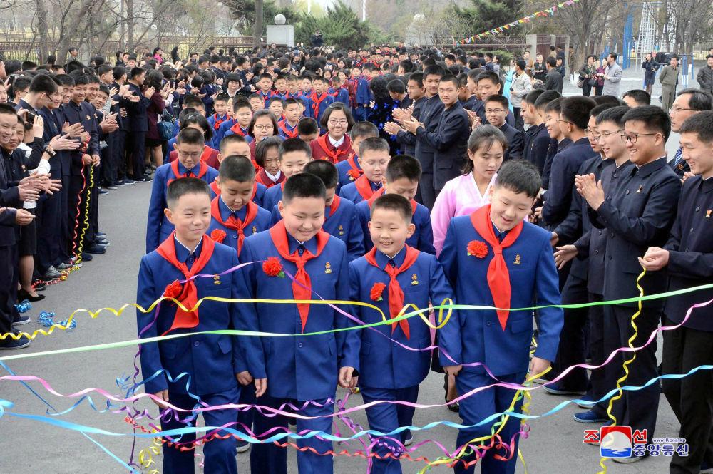 Iluminados por el espíritu de la revolución: los felices rostros de Corea del Norte