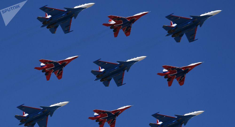 Los cazas polivalentes Su-30SM, del grupo de pilotaje Rússkie Vítiazi, y los MiG-29 del grupo de acrobacia aérea Strizhí
