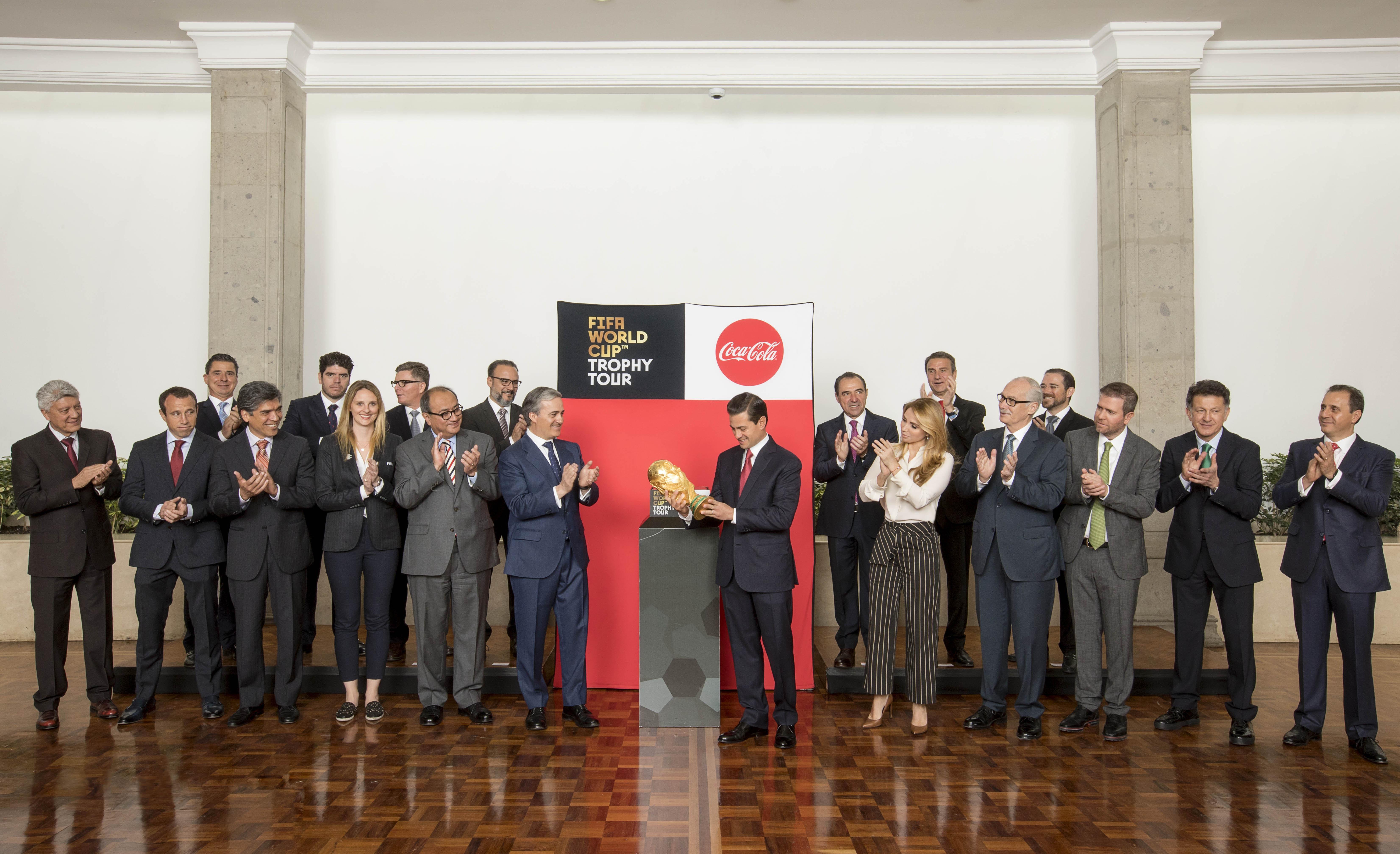 El Presidente de México, Enrique Peña Nieto, recibe trofeo original de Copa del Mundo
