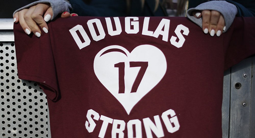 Una camisa que se refiere a los 17 estudiantes asesinados en el tiroteo del 14 de febrero en el colegio Marjory Stoneman Douglas en Parkland, EEUU
