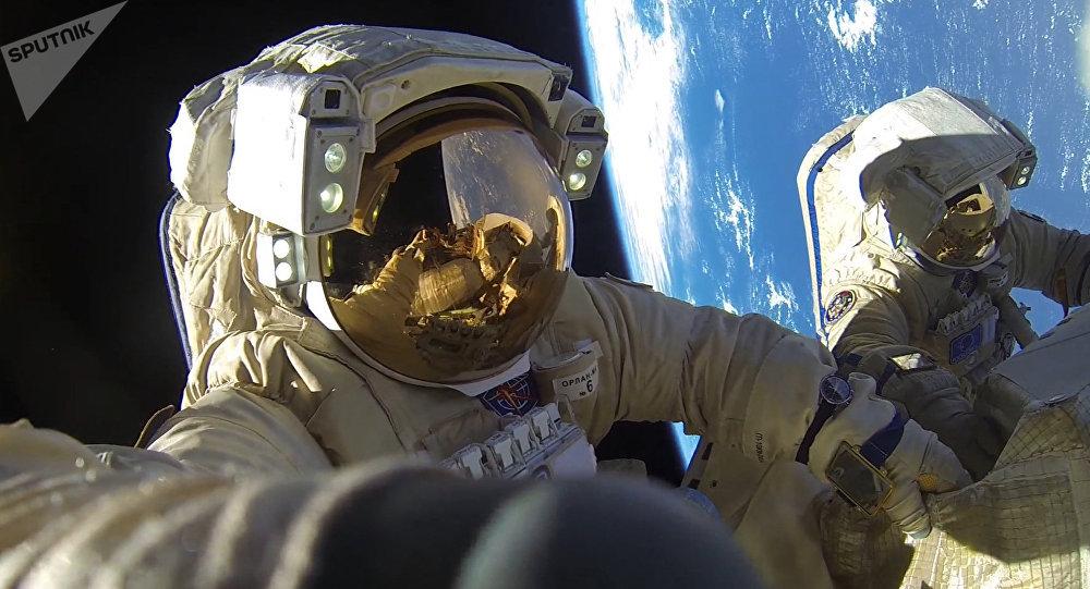 Salida al espacio exterior de unos cosmonautas rusos