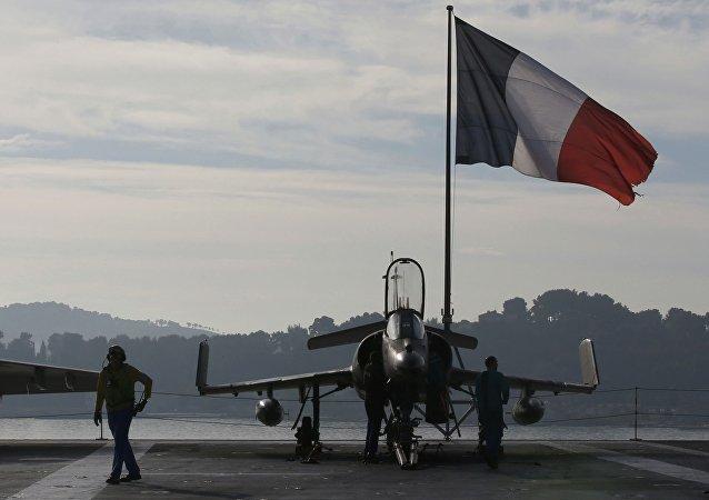 Caza Rafale en la cubierta de vuelo del portaaviones Charles de Gaulle