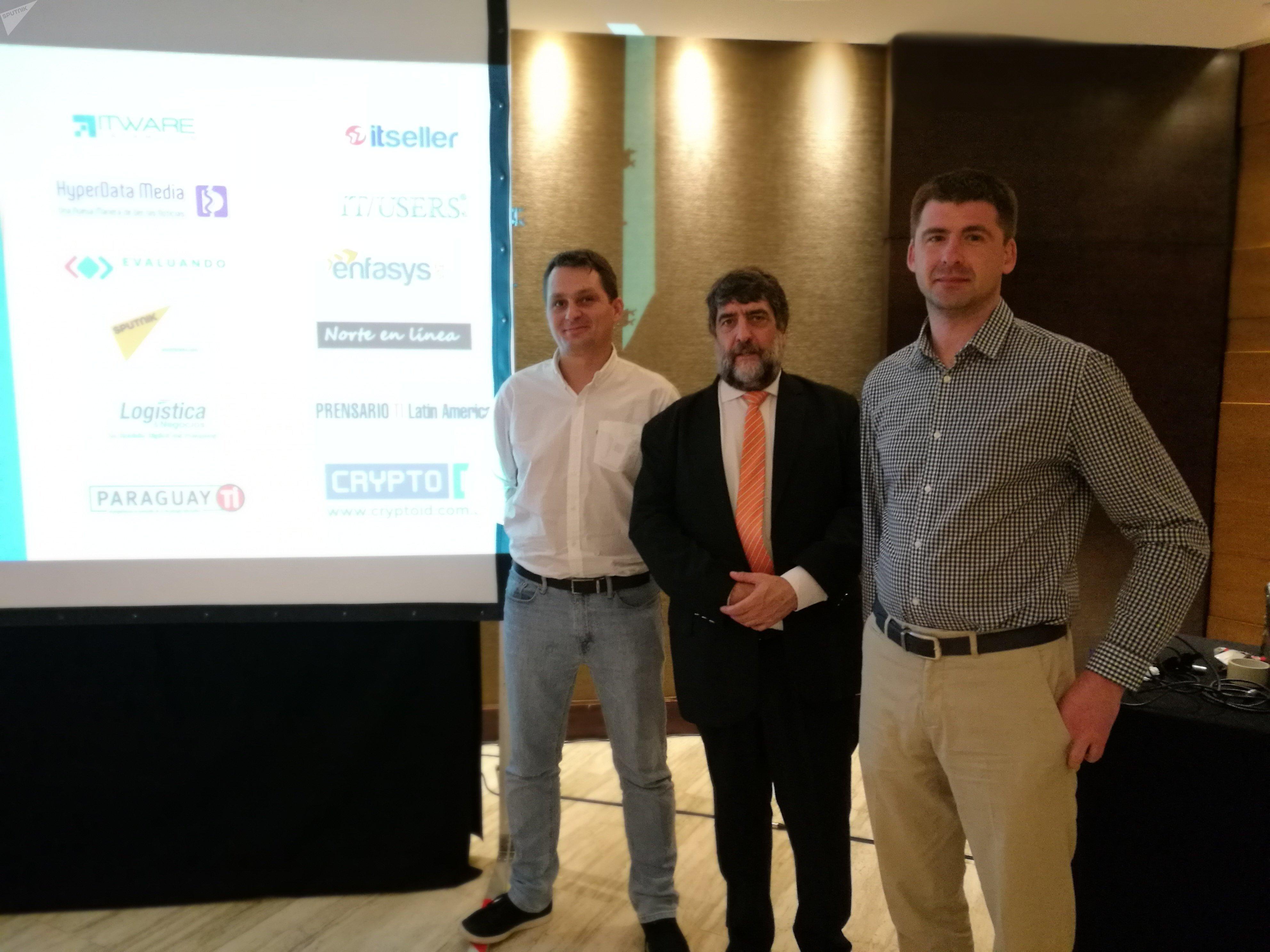 Vladimir Prestes, director de SearchInform Brasil; Ricardo Martínez, gerente regional de SearchInform y jefe de la representación en Argentina; Serguéi Ozhegov, director general de SearchInform, en la conferencia de Buenos Aires.