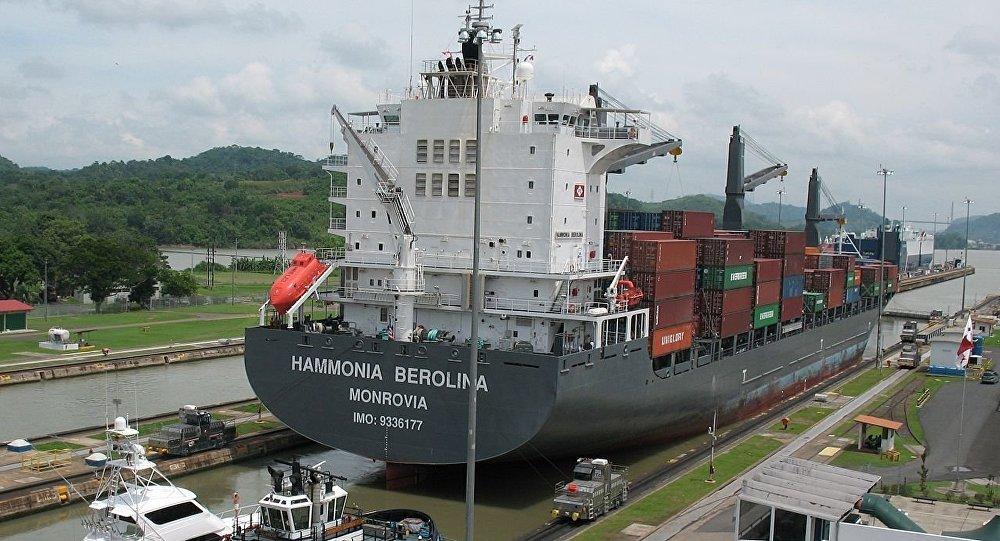 Un barco en el Canal de Panamá
