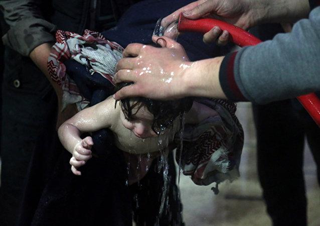 En una de las imágenes difundidas por los Cascos Blancos puede verse a niños supuestamente gaseados por armas químicas