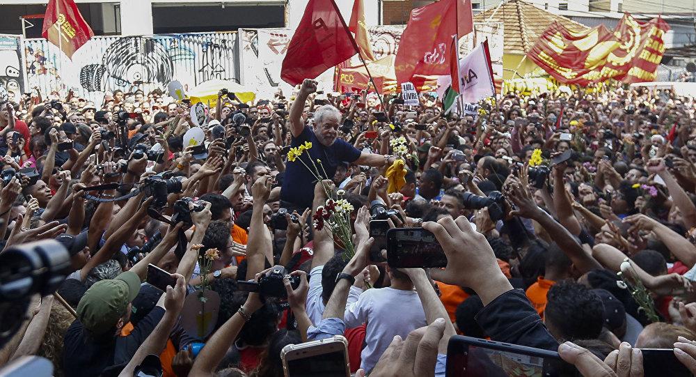 Luiz Inácio Lula da Silva, expresidente de Brasil, con sus apoyadores, antes de entregarse a la polícia