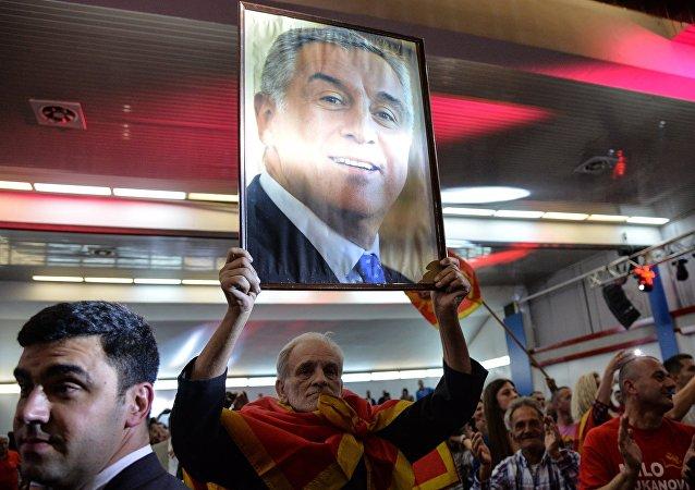 Un hombre con el retrato de Milo Dukanovic, líder del gobernante Partido Demócrata