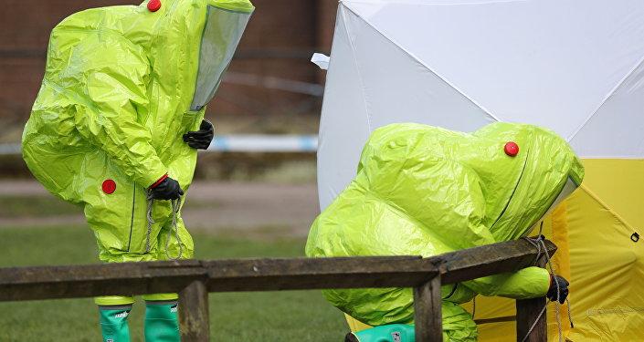 Especialistas de las unidades antiquímicas trabajan en relación con el caso Skripal en Salisbury (Reino Unido), el 8 de marzo de 2018
