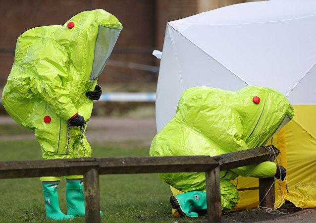 Especialistas de las unidades antiquímicas trabajan en relación con el caso Skripal en Salisbury (archivo)