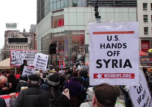 Cientos de estadounidenses marchan contra el ataque de EEUU en Siria