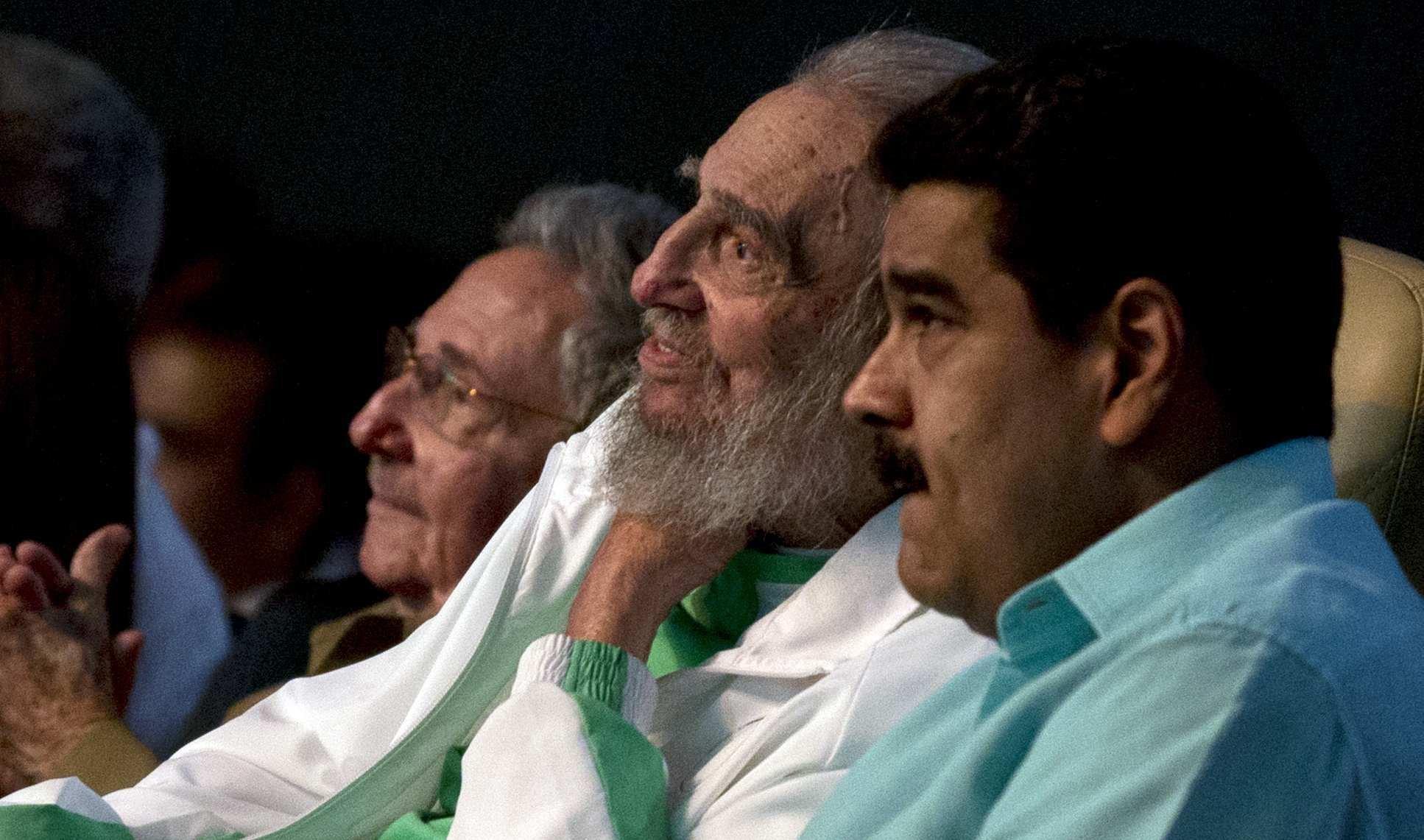 Fidel Castro, líder cubano, asiste a celebración de su 90º cumpleaños, junto con su hermano Raúl Castro, presidente de Cuba, y Nicolás Maduro, presidente de Venezuela