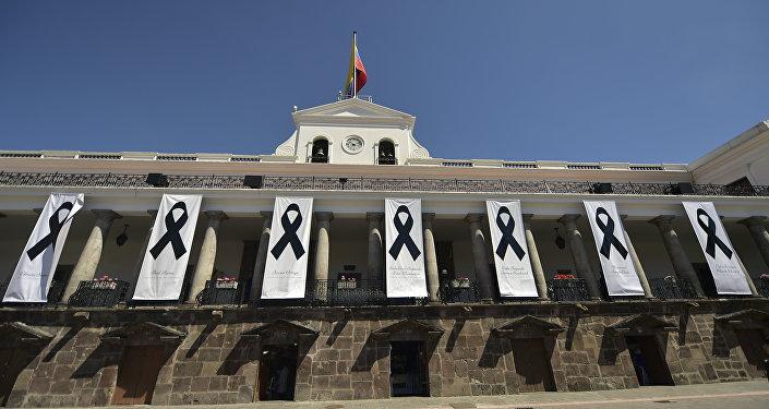 El Palacio de Carondelet (residencia oficial del presidente de Ecuador) rinde homenaje a los periodistas secuestrados (archivo)