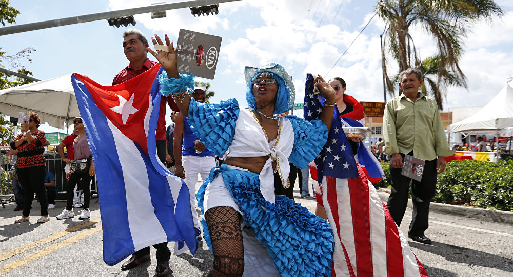 Cubanos bailan en Festival de la Calle Ocho de Miami