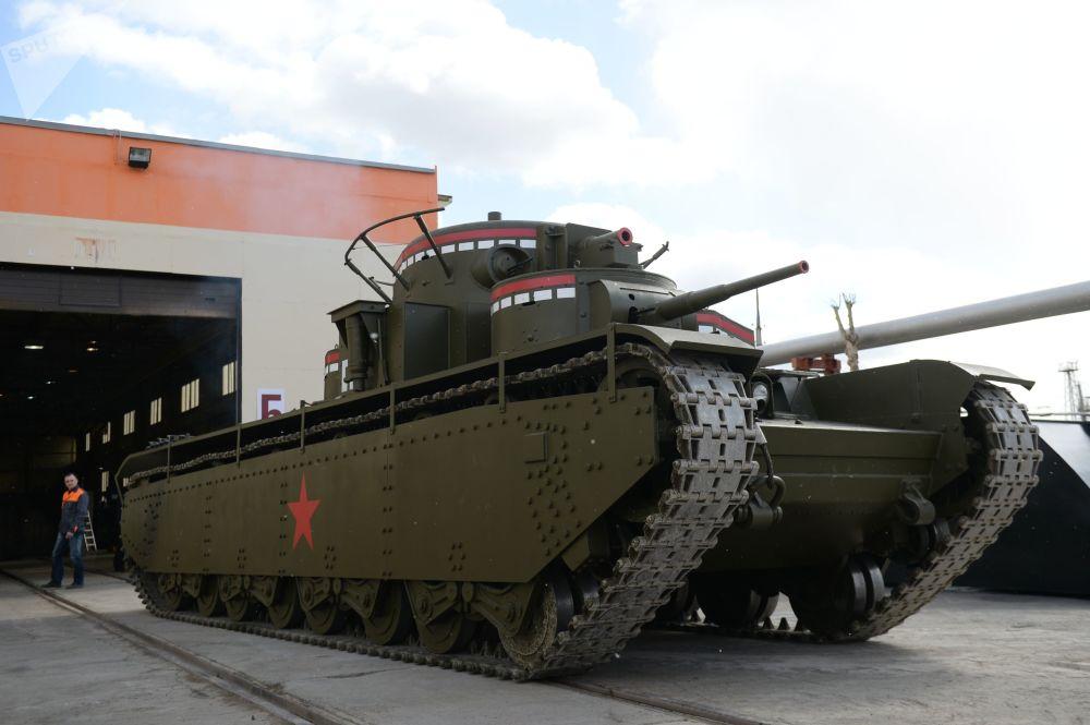 Los solemnes mamuts de Stalin,  un legendario tanque soviético recreado en los Urales